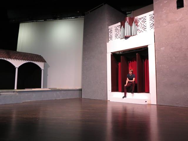 Bühnenbild mit Mann