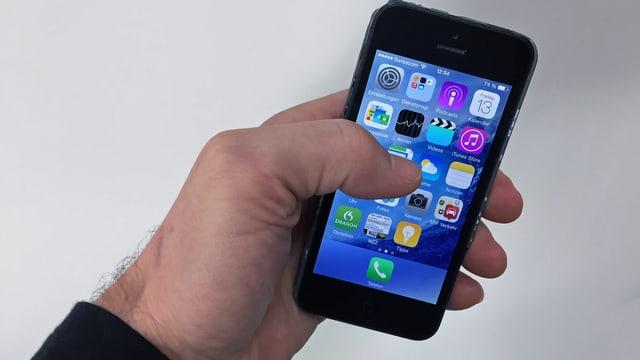 Symbolbild: Eine Hand hält ein Smartphone mit Apps.