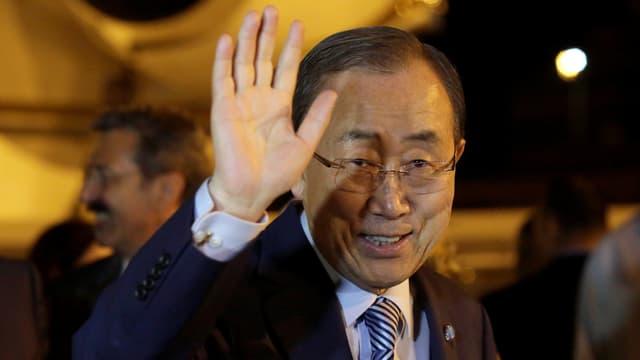 Ban Ki-Moon winkt Fotografen zu.