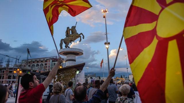 Demonstrierende auf dem Hauptplatz mit der Alexanderstatue in Skopje