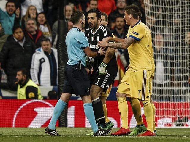 Hier attackierte Buffon Schiri Oliver.