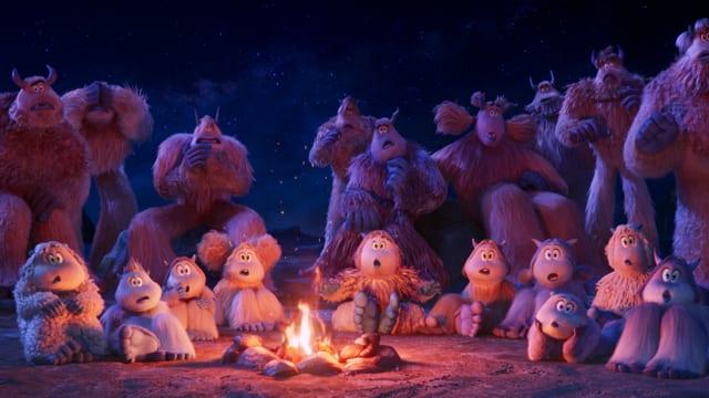 Yetis lauschen am Lagerfeuer gespannt einer Geschichte.