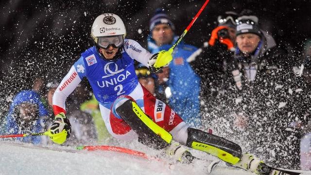 La skiunza Wendy Holdener durant il slalom da notg a Flachau.