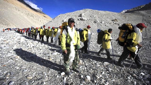 Menschenkaravanne auf den Mount Everest.
