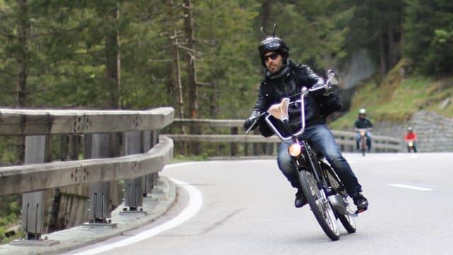 In motociclist cun corna da chamutsch sin la chapellina
