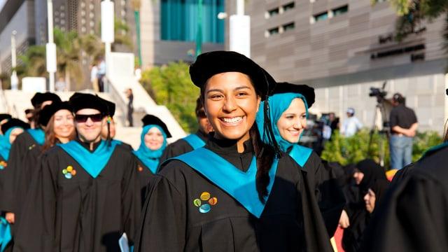 Universitäts-Absolventen warten auf die Zeremonie