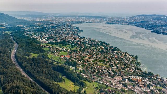 Blick auf den Zürichsee, am Hang die A3.