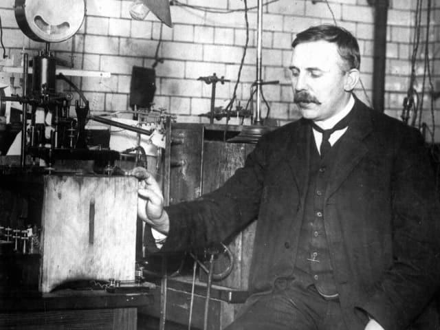 Ernest Rutherford in seinem Labor