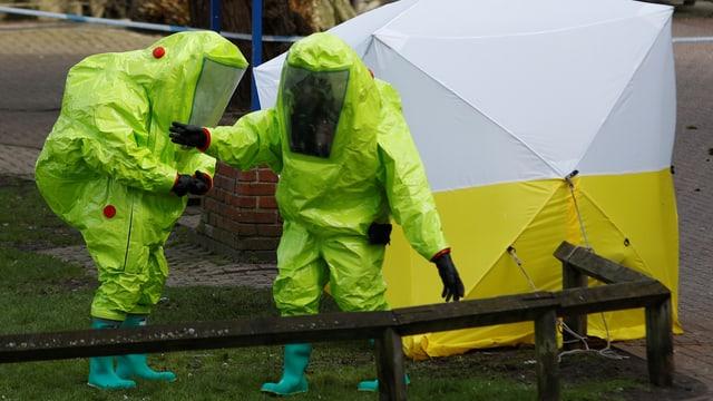 Beamte in Schutzkleidung am Tatort in Salisbury.
