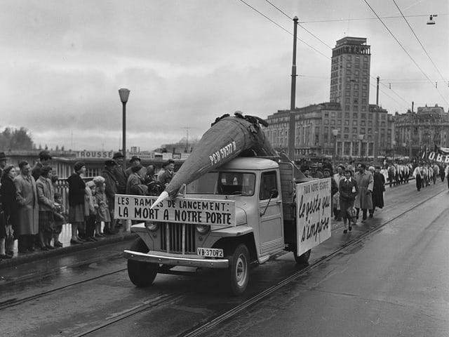Fotografia en alv e nair d'ina demonstraziun a Losanna il 1959