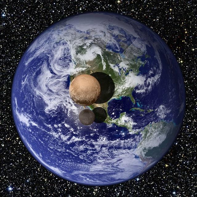 Kollage: Pluto und Charon klein vor der Erde
