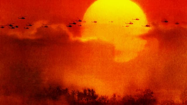 Verband von Hubschraubern vor untergehender Sonne.