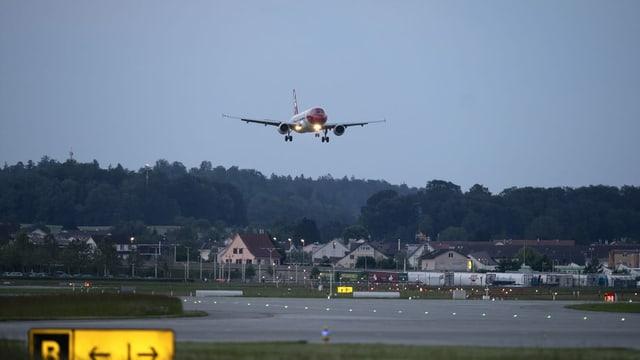Flieger hebt an Flughafen Zürich ab