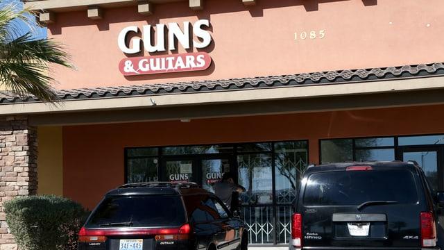 Ein Gewehre und Gitarren Laden in Nevada.