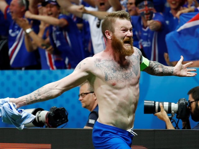 Island Spieler feiert den Sieg.