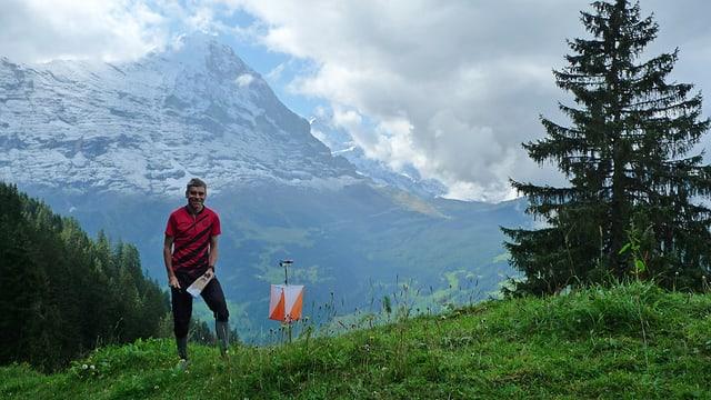Hermann Wenger mit einem OL-Posten vor dem Grindelwalder Bergpanorama