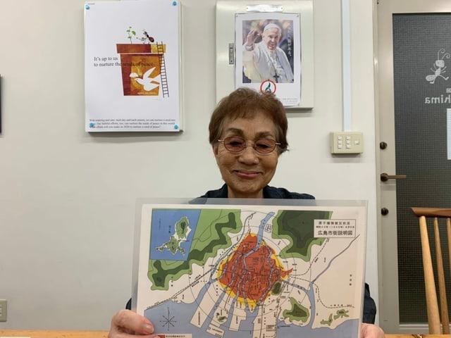 Emiko Okada mit Hiroshima-Karte.