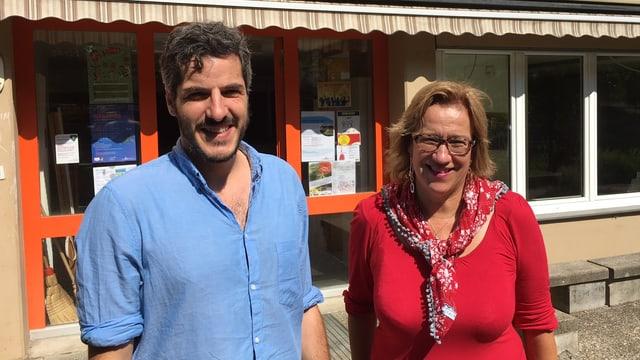 Ein Mann und eine Frau vor dem neuen Quartierlokal.