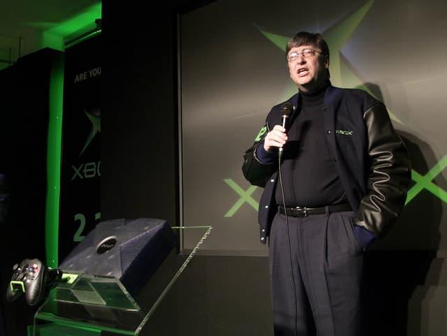 Bill Gates bei der Präsentation der Microsoft-Spielkonsole X-Box im Februar 2002 in Japan.