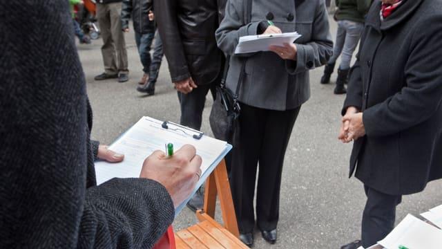 Szene eine Unterschriftensammlung für eine Volksinitiative.
