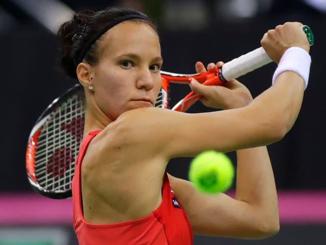 Viktorija Golubic bei einem Rückhand-Schlag.