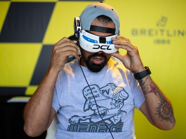 Drohne-Pilot mit FPV-Brille