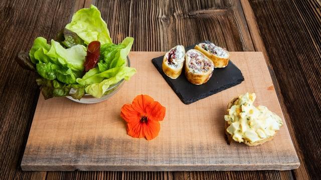 Blattsalat mit Eierbrötli und Omletten-Grüessli, die Vorspeise von Vreni Hüberli.