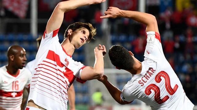 Timm Klose und Fabian Schär bejubeln das 1:0.