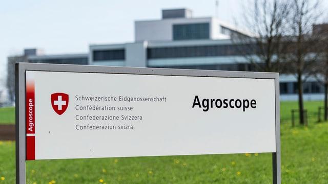 Eine Tafel mit der Aufschrift «Agroscope»