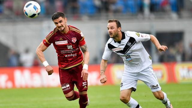 Armando Sadiku da Vaduz (san.) en il duell cunter Goran Jozinovic da Lugano.