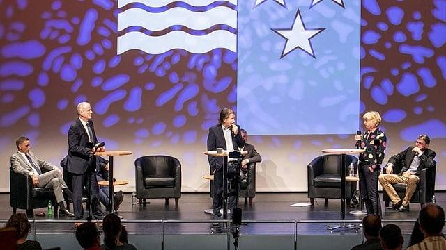 Podiumsgespräch auf Bühne, im Hintergrund grosse Aargauer Fahne