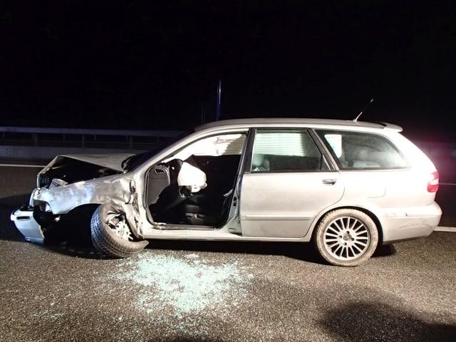 Ein demoliertes Auto auf der Autobahn.