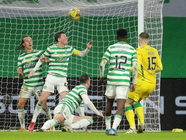 Die geschwächte Celtic-Truppe kassiert das 1:0 durch Hibernians Kevin Nisbet.