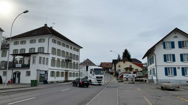 Ein weisser Lastwagen fährt zur ehemaligen Schlachterei Marti in Othmarsingen.
