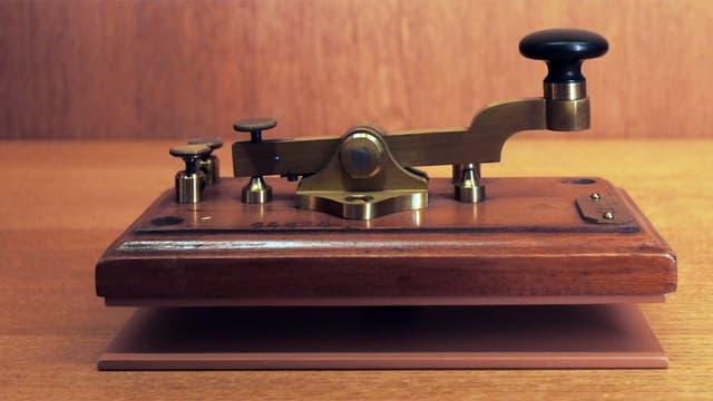 Ein altmodischer, hölzerner Morseapparat.
