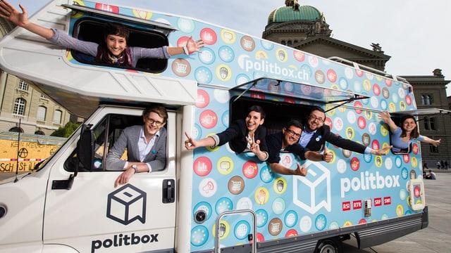 Die politbox-Redaktion posiert im politbox-Bus vor dem Bundeshaus in Bern.