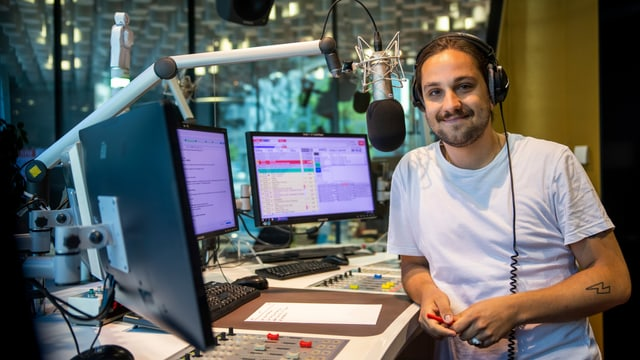 Il moderatur Elias Tsoutsaisos vid moderar en il studio da Radio RTR.