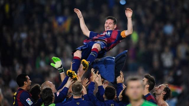 Lionel Messi wird von seinen Mitspielern nach der Partie auf Händen getragen
