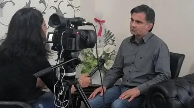 Pir sitzend bei einem TV-Interview