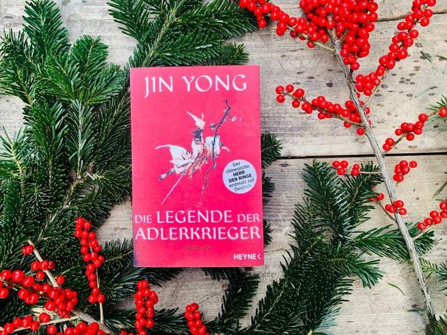 «Die Legende der Adlerkrieger» von Jin Yong liegt auf Weihnachtsdekoration