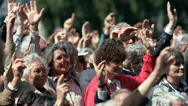 Frauen stimmen ab und heben die Hand.