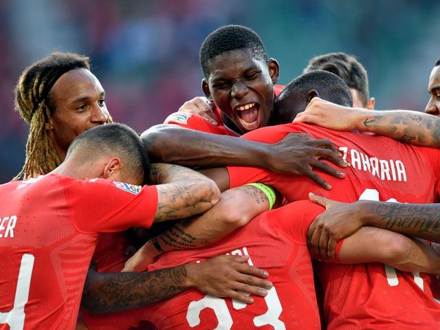 Die Nationalspieler jubeln gemeinsam.