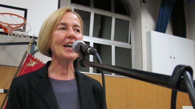 Susanne Schaffner spricht nach der Nomination zu den SP-Delegierten und Besuchern in der Turnhalle des Pisoni-Schulhauses in Zuchwil:
