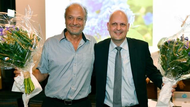 Die beiden Männer mit je einem Blumenstrauss in der Hand nach der Nomination