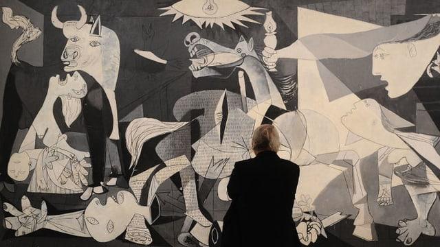 Ein Mann steht vor «Guernica» von Picasso.