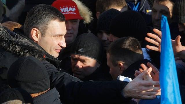 Oppositionsführer Vitali Klitschko inmitten vieler Menschen.