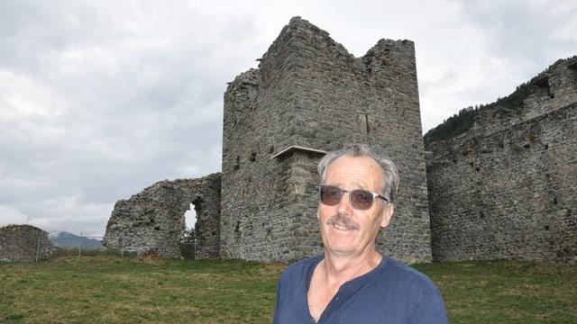 Ueli Thöny enconuscha la ruina Castels sco strusch in auter.
