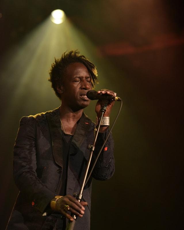 Der Spoken-Word-Künstler Saul Williams hinter einem Mikrophon.