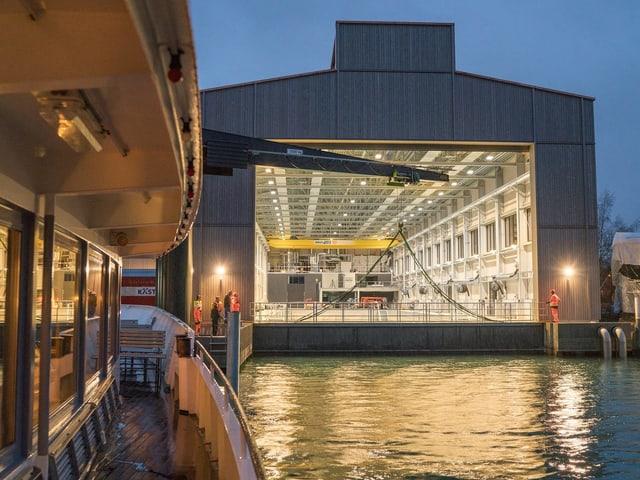 Ein Schiff wartet darauf, in die neue Werft zu fahren. Das Tor ist offen.