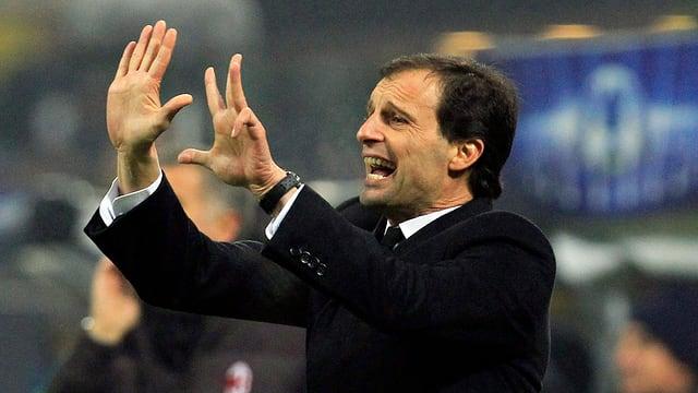 Massimiliano Allegri gibt den Spielern Handzeichen
